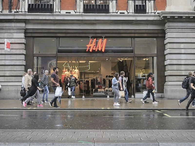 Zara và H&M đóng hàng trăm cửa hàng, chuyển sang bán online